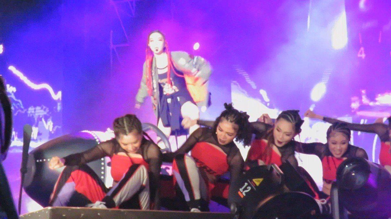 台語電音天后姐姐謝金燕,接連2年在桃園跨年晚會開場演出,在舞台上開著大型螺旋槳飛...