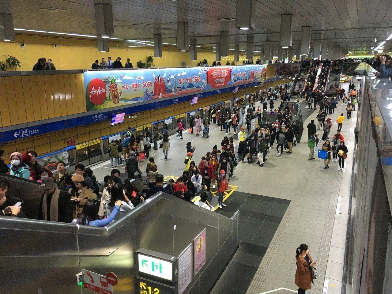 台北市跨年晚會登場,北市府廣場從下午陸續湧入人潮,不過似乎受到4天連假、氣候濕冷...