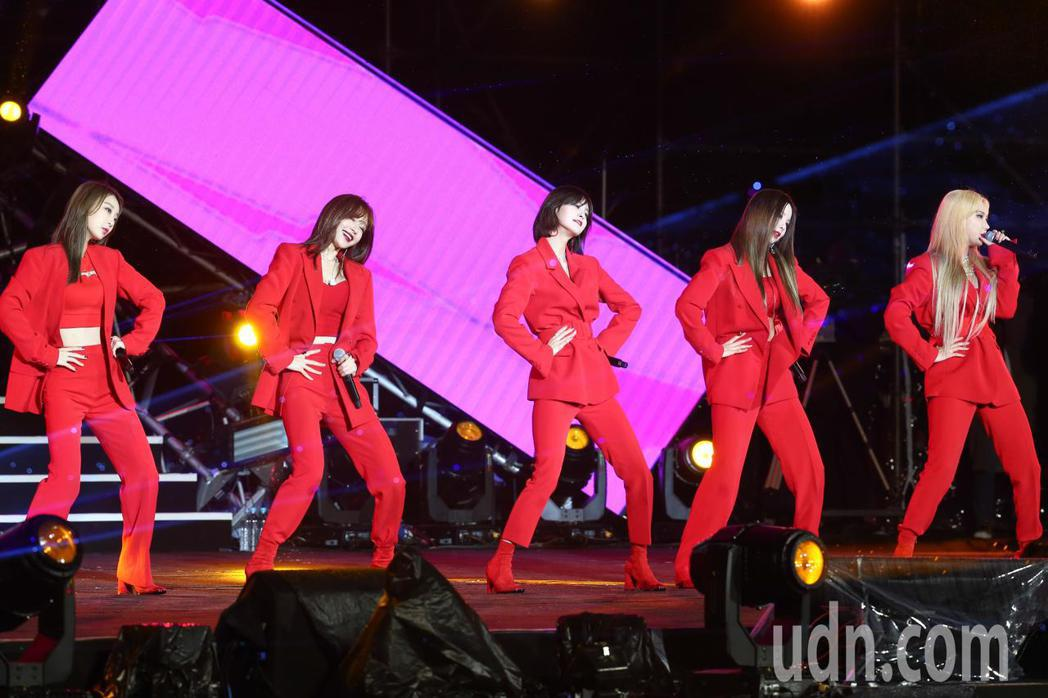 韓團EXID今天在台北最High新年城跨年晚會上表演熱舞。記者葉信菉/攝影