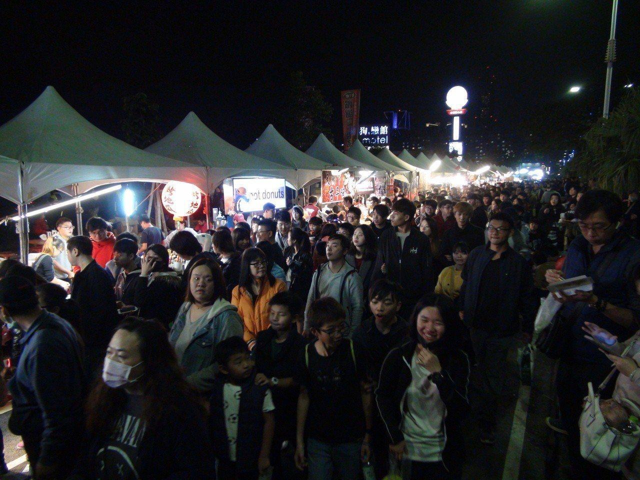 夢時代跨年派對中華路及時代大道兩側的夜市攤商也是生意超好,一刻都不得閒。記者謝梅...