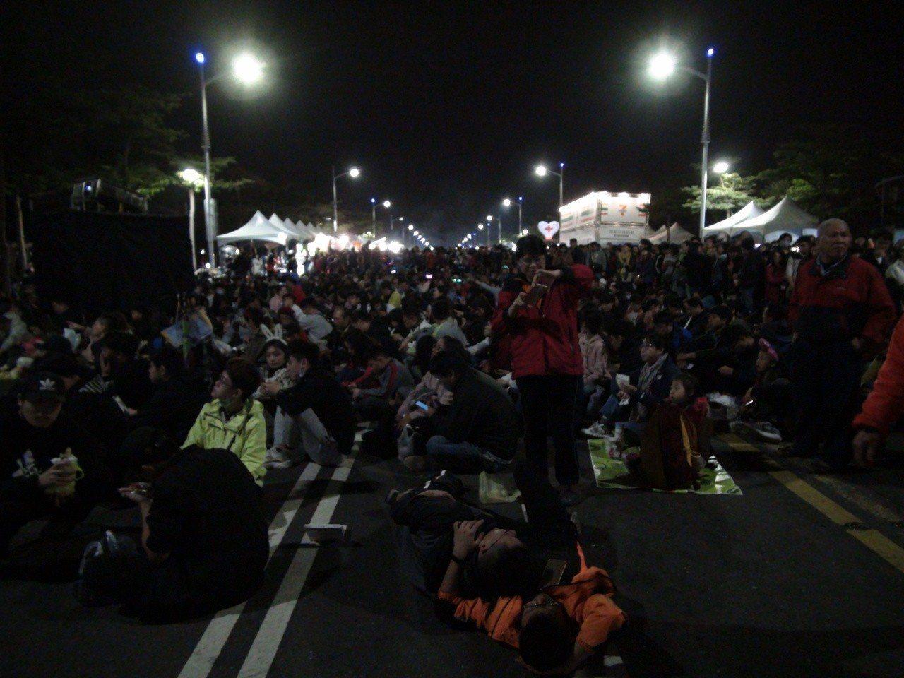夢時代跨年派對到今晚10點10分,主辦單位宣稱現場已有50萬人。記者謝梅芬/攝影
