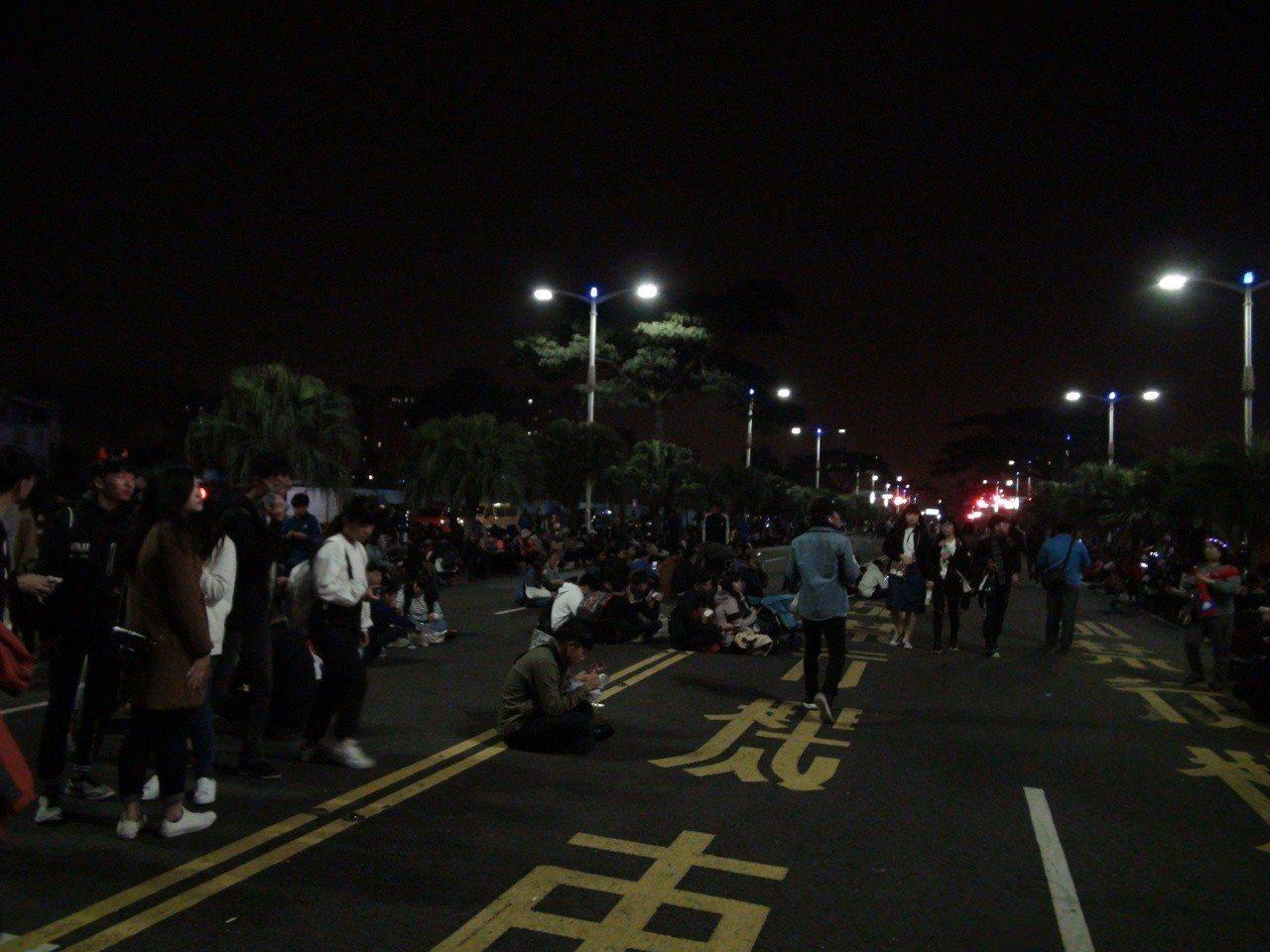 許多民眾就在中華路上席地而坐。記者謝梅芬/攝影