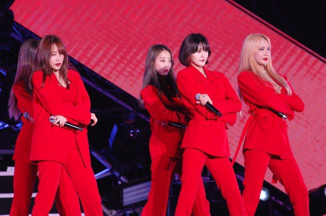 韓女團EXID秀出招牌骨盆舞。圖/華視提供