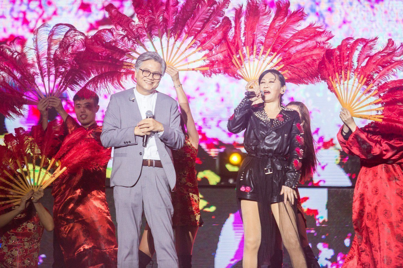 吳蕚洋(左)合體李麗芬(右)開唱《愛江山更愛美人》歌曲。記者蔡翼謙/攝影