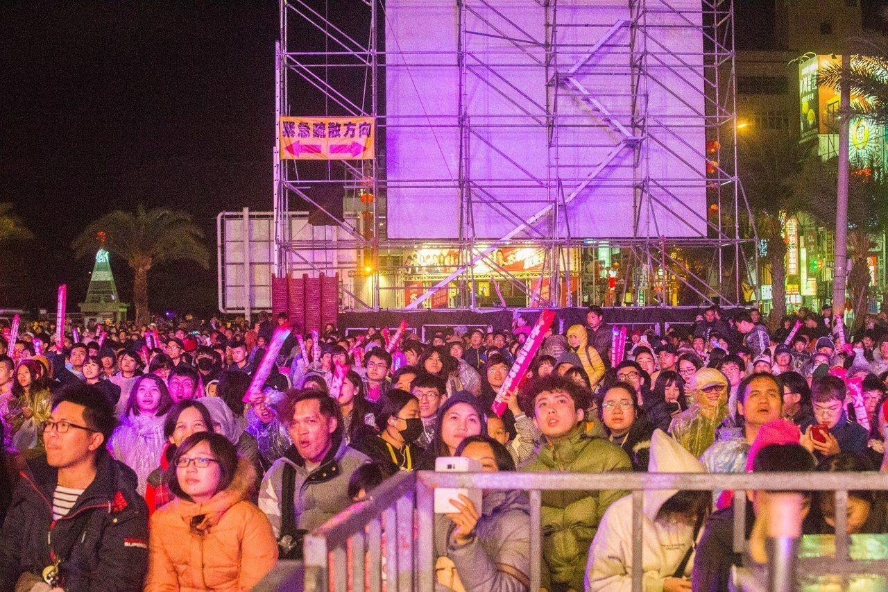 花蓮跨年晚會「太平洋觀光節」現場擠進破萬人。記者蔡翼謙/攝影