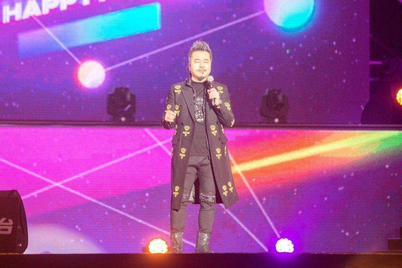 黃國倫晚會現場演唱《我願意》。記者蔡翼謙/攝影
