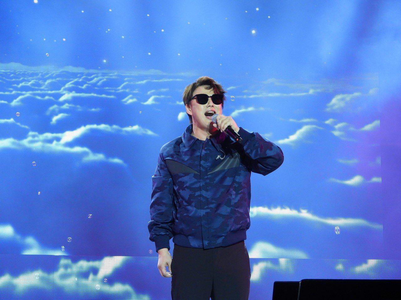 歌手蕭煌奇演唱經典老歌「你是我的眼」時,幾乎台下觀眾全程跟著唱,現場氣氛頓時達到...