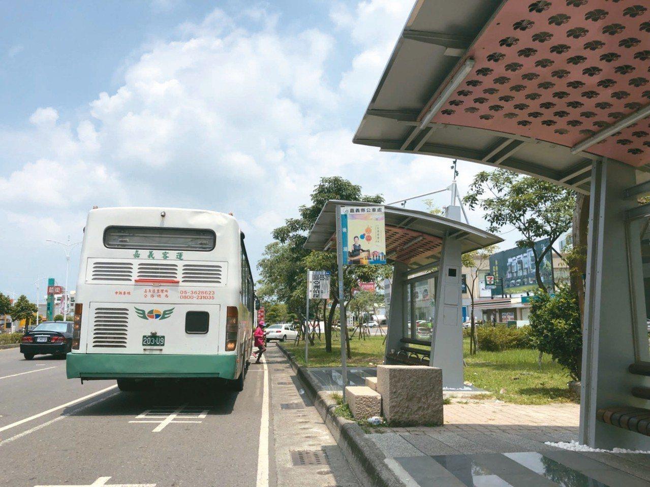 癮君子止步!民國100年間,嘉義市公車捷運系統(BRT)18處候車亭及市區公車2...