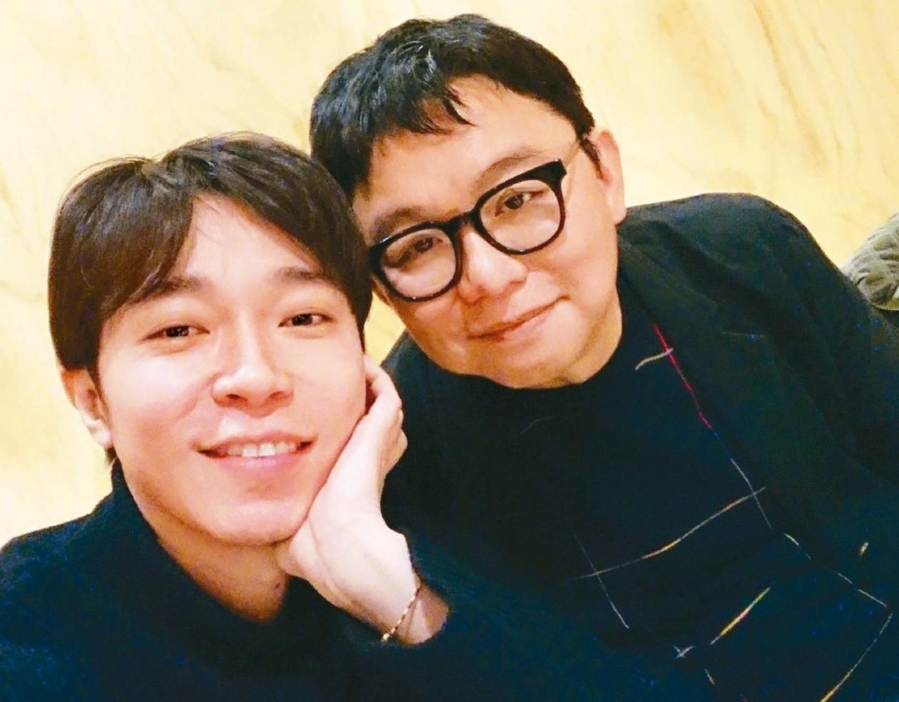 吳青峰(左)宣布和林暐哲結束合約關係。 圖/摘自微博