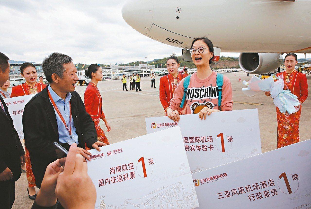 乘坐海南航空HU7779航班從北京飛到三亞的旅客吳彥霖,幸運地成為三亞鳳凰國際機...