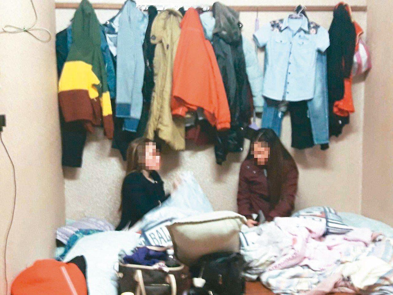 台南警方在一家音樂會館房內,查獲躲在棉被下的非法打工越南女子。 圖/警方提供