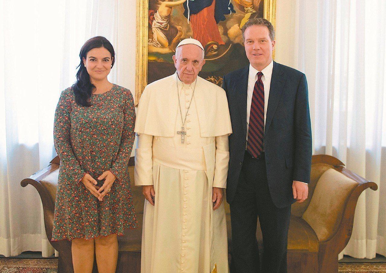 天主教教宗方濟各(中)和教廷發言人柏克(右)、副發言人歐維傑洛(左)合照。柏克和...