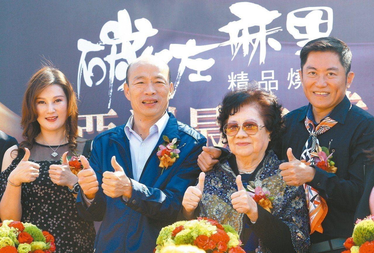 高雄市長韓國瑜(左二)透露,元月中旬將有100多家投資公司董事長來高雄開會,大家...
