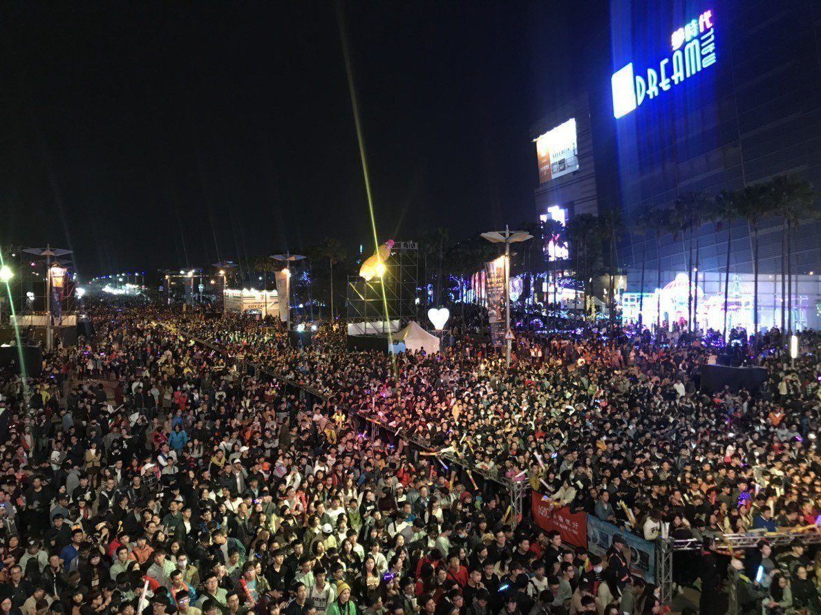 高雄夢時代跨年派對主辦單位宣稱有八十萬人次到場。記者謝梅芬/攝影