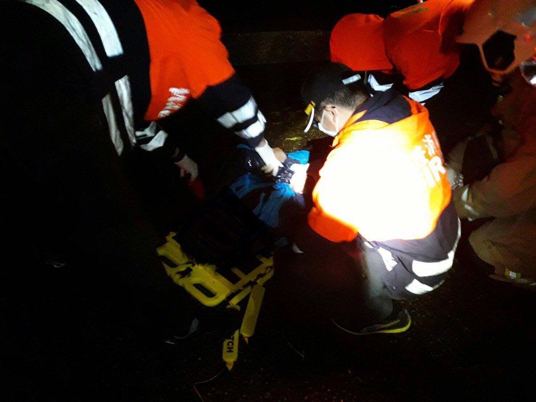 警察與消防人員仍全力搶救司機。圖/基隆市消防局提供