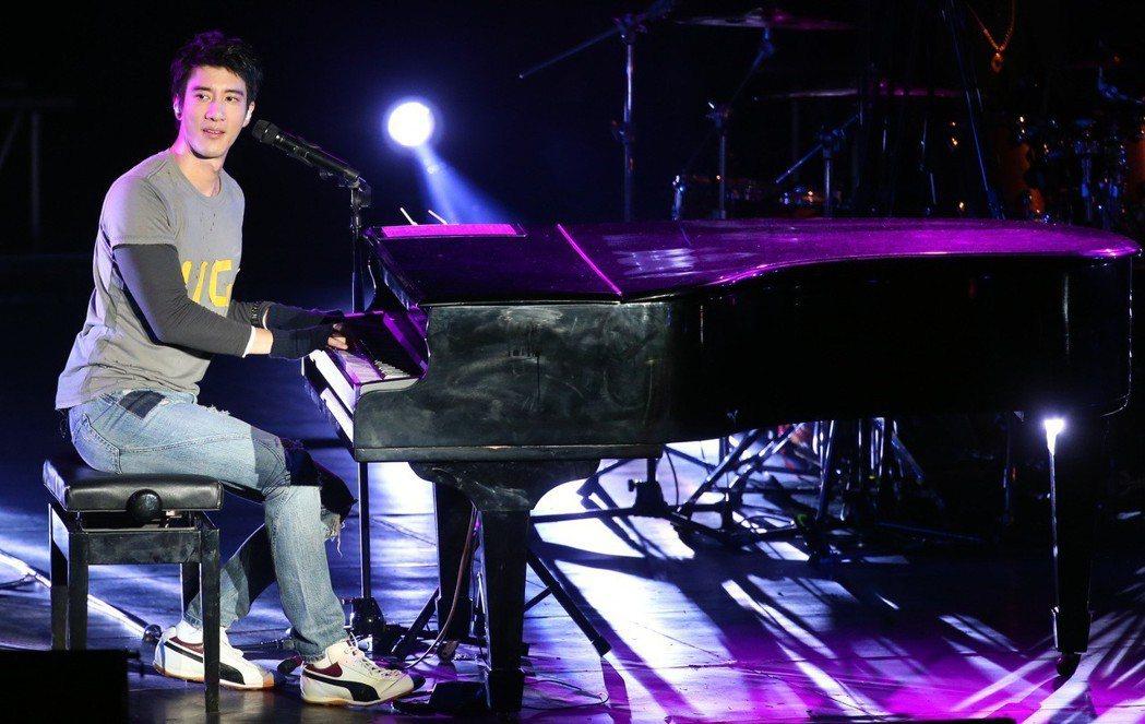 王力宏在大安森林公園露天音樂台舉行「福利秀」演唱會 。記者侯永全/攝影