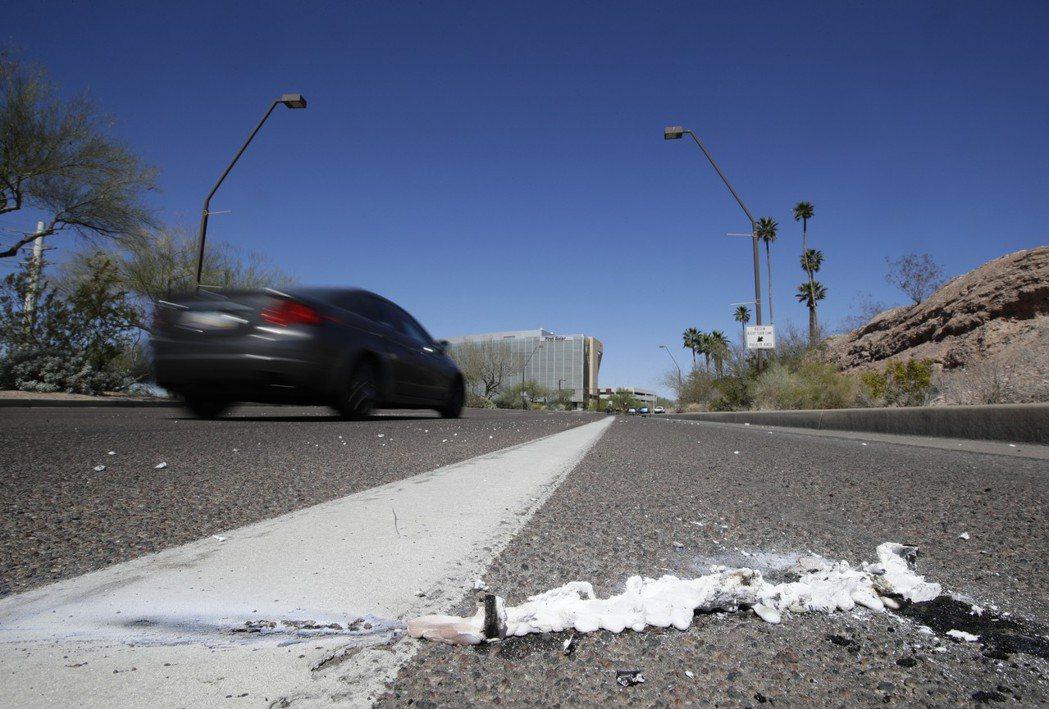 去年3月,亞利桑納州坦佩鎮一名女性被Uber自駕車撞死的事故現場。 (美聯社)