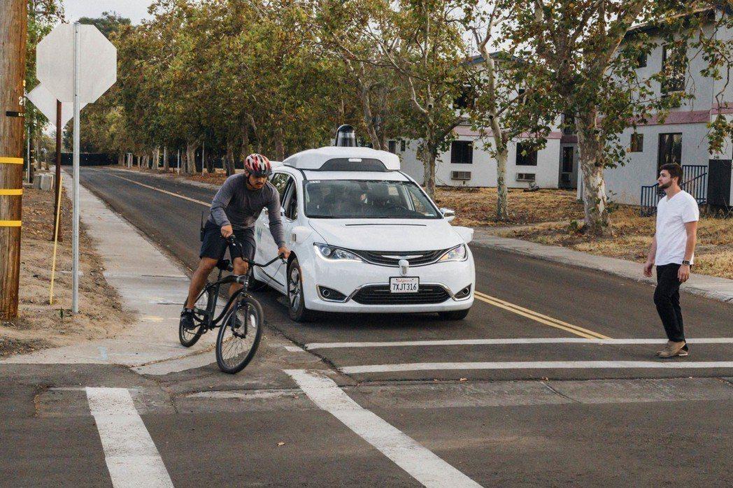 Waymo自駕車安排自行車騎士和穿越馬路的行人進行測試。 (美聯社)
