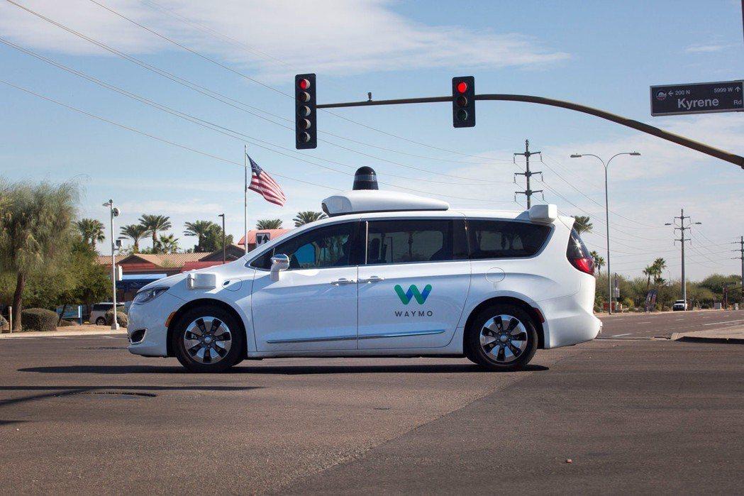 一輛行經亞利桑納州錢德勒市街頭的Waymo自駕車。 (路透)