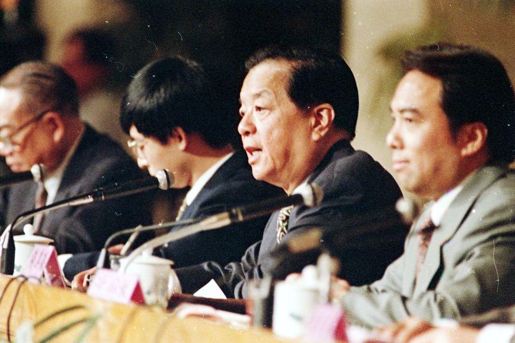 錢其琛(右二)在1995年發表有關《香港涉台問題基本原則與政策》,簡稱「錢七條」...