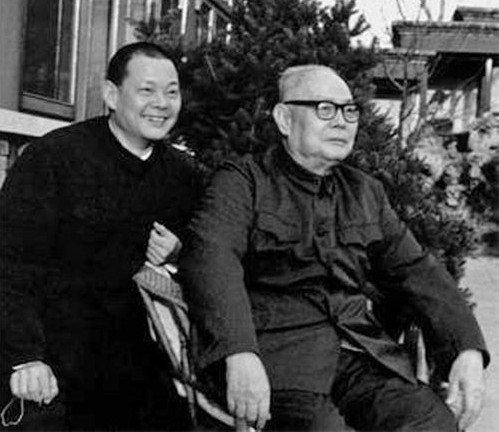 1981年,中共人大委員長葉劍英(右)提出「葉九條」。 (中國共產黨新聞網)