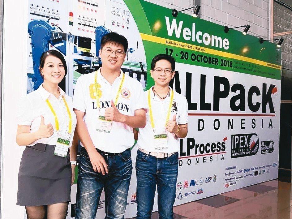 鈦準業務經理呂媖茹(左起)、總經理翁科豐、副總經理李張鴻正實踐將品牌帶到國際的企...