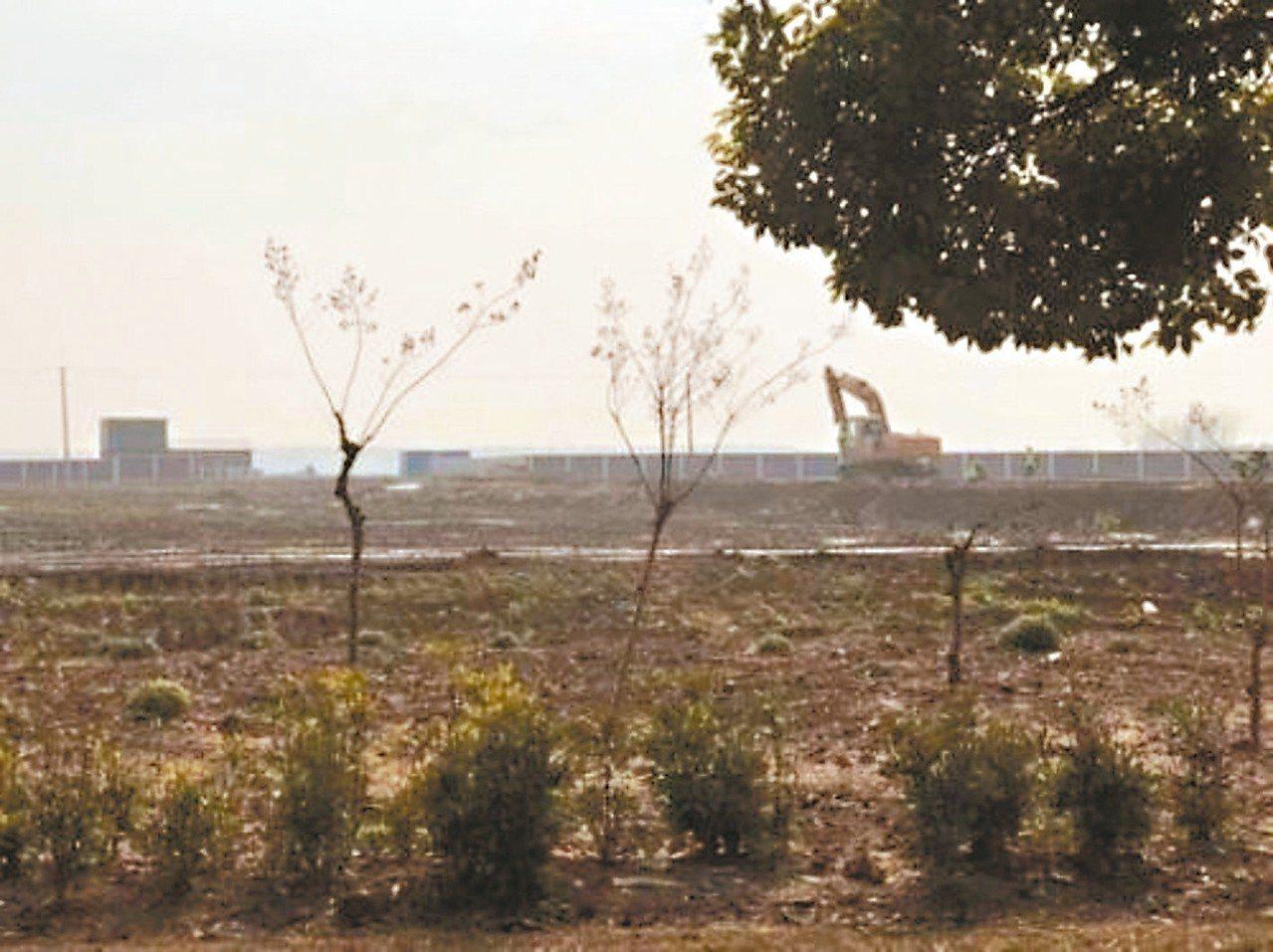 陸媒前往上海臨港探訪特斯拉超級工廠的建設進度。 (取自國際金融報)