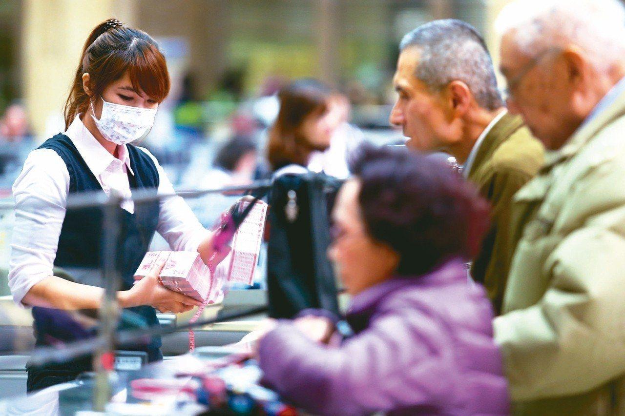 洗錢防制法上路,民眾近來接到銀行通知,須在限期內更新個人資料,否則將無法在ATM...