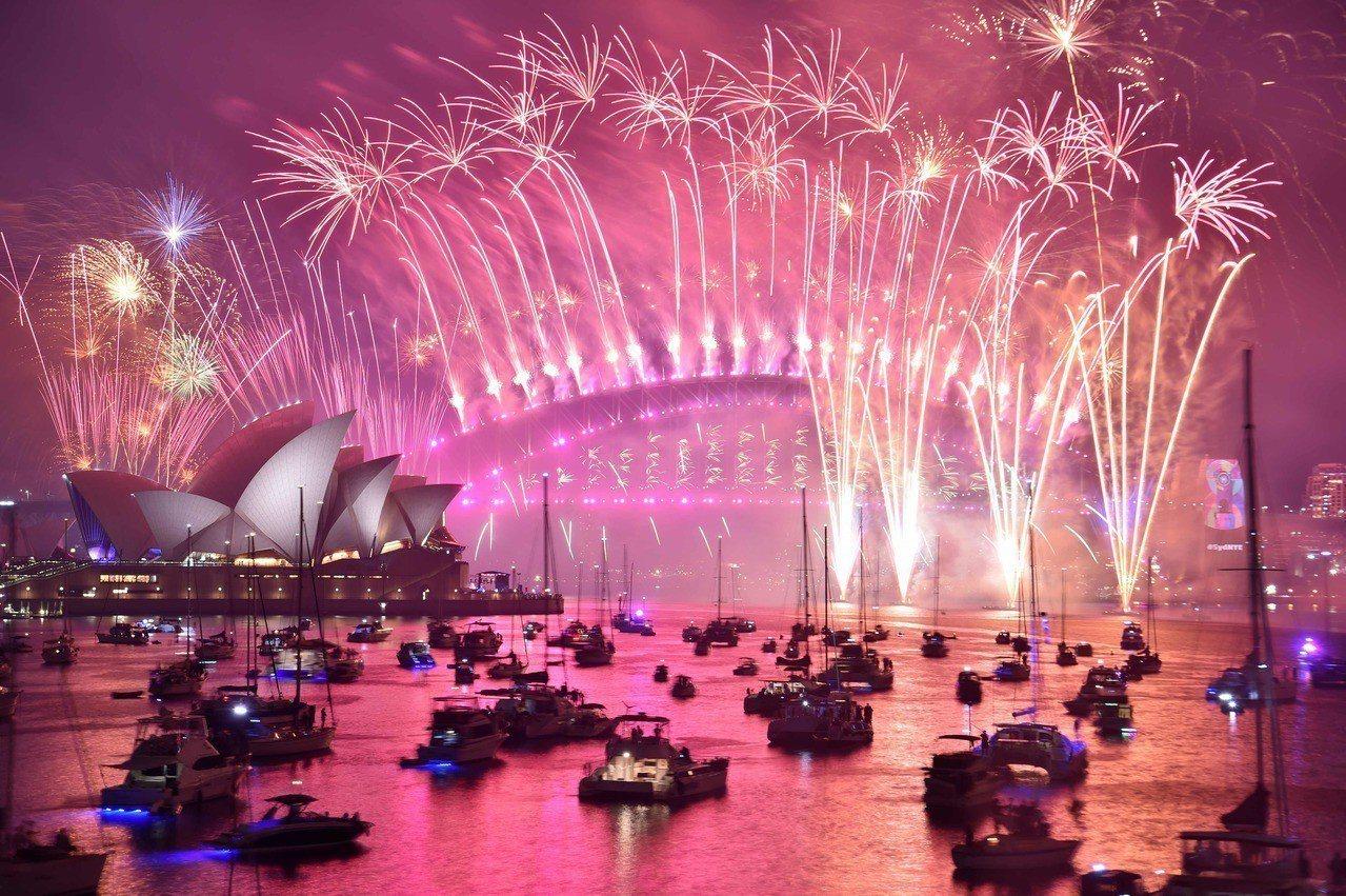 全球迎跨年,雪梨創紀錄煙火秀揭序幕。 法新社