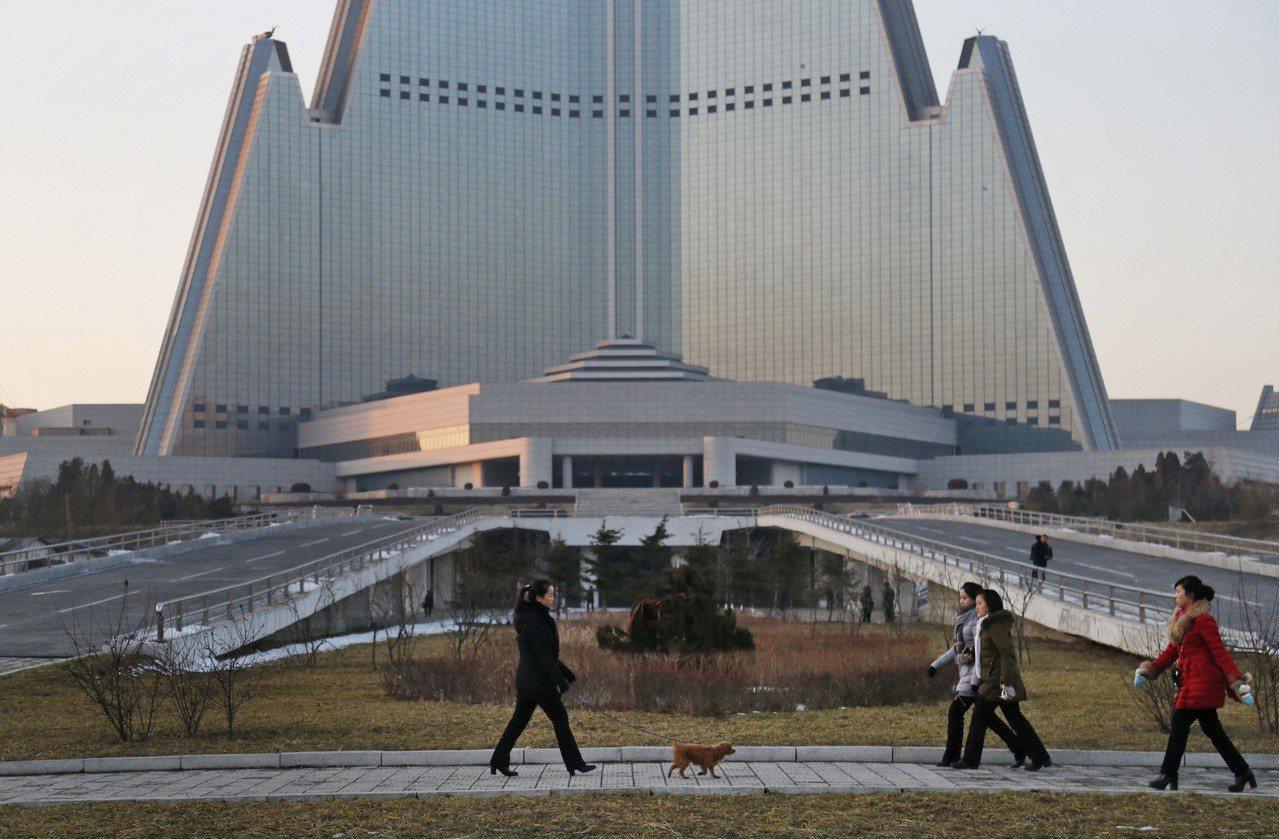平壤的柳京飯店於1987年開工至今仍未竣工,外形宏偉但內部空蕩。 美聯社