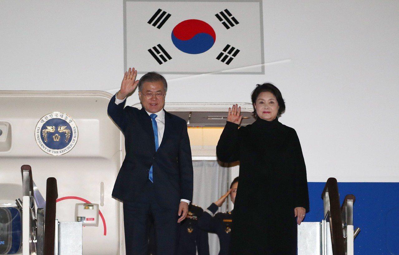 南韓總統文在寅施政支持率下滑至45.9%,再次創下執政以來的新低。圖為文在寅其妻...