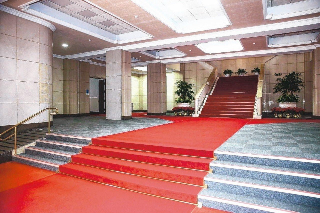 行政院中央大樓大廳,樓梯扶手及欄杆形式簡潔。 記者周佑政/攝影