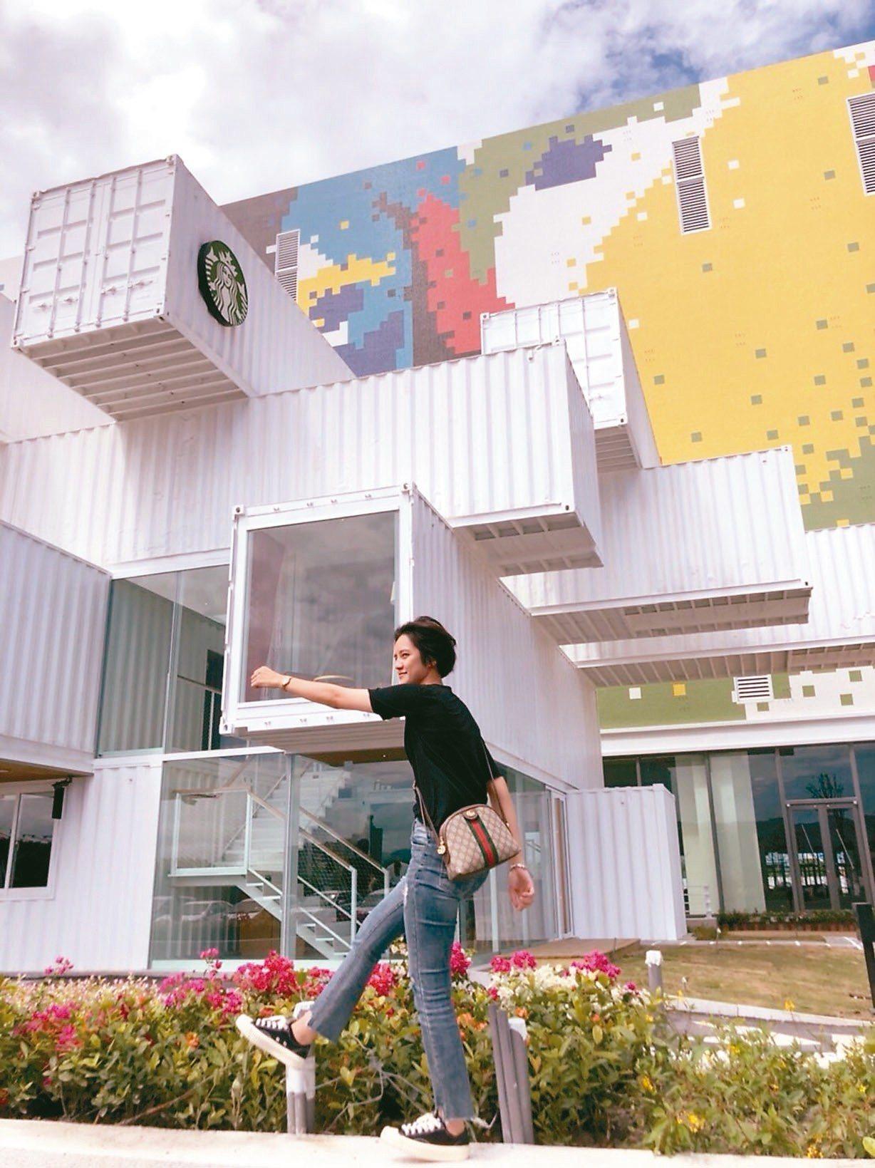 花蓮星巴克貨櫃屋去年開放,成為打卡拍照的爆紅景點。 記者王燕華/攝影