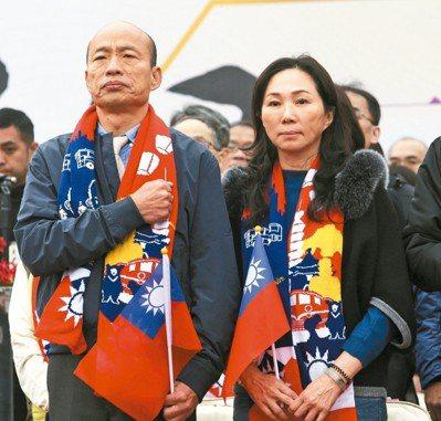 高雄市長韓國瑜(左)與李佳芬參加元旦升旗。 記者劉學聖/攝影