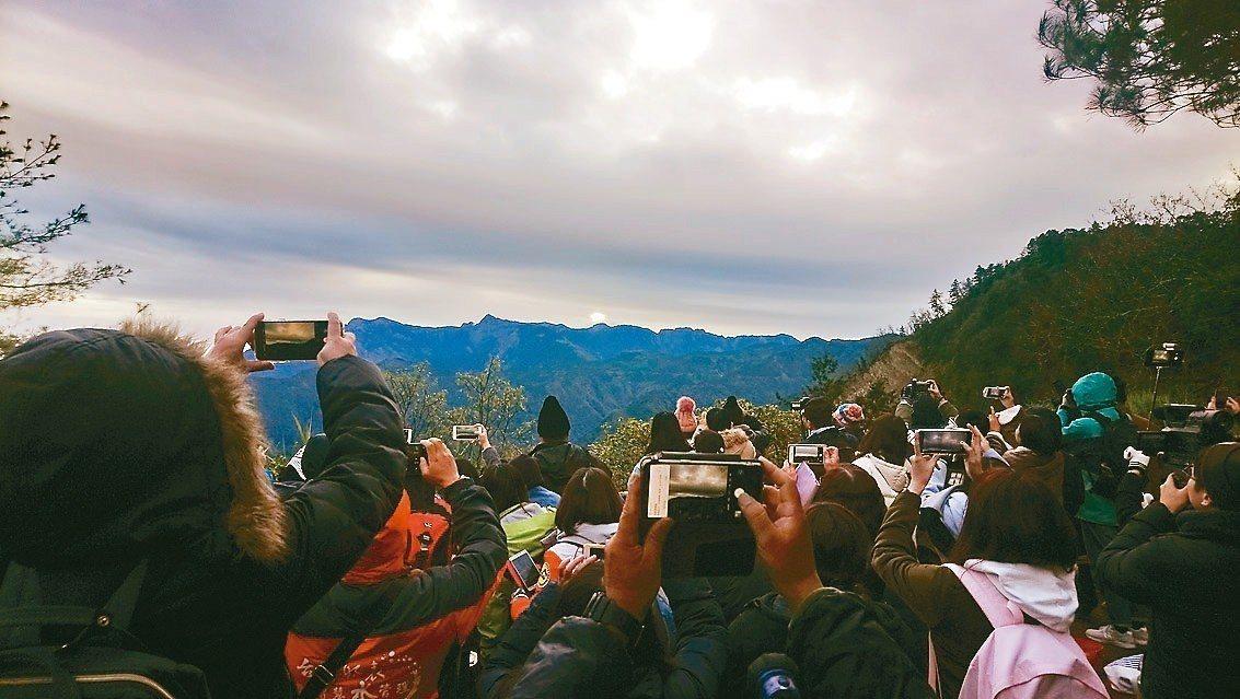 全台海拔最高、最晚的2019年阿里山日出,只出現10秒,仍讓民眾樂翻天。 記者謝...