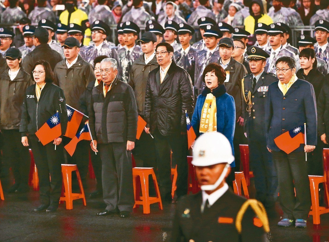 蔡英文總統(左一)與台北市長柯文哲(右一)等人,清晨出席元旦升旗典禮開口唱國歌。...