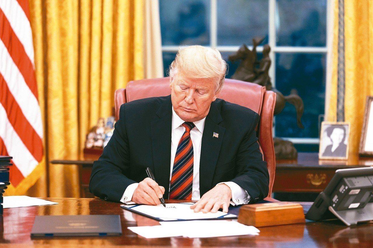 美國總統川普31日簽署多項法案,其中一項為「2018年亞洲再保證倡議法案」。 白...