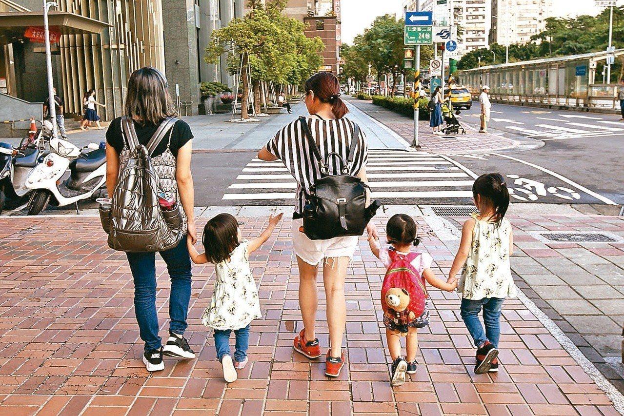 教育部修法要求各縣市政府對兩歲以上幼童托育育兒津貼補助訂定落日規定與銜接規畫,與...
