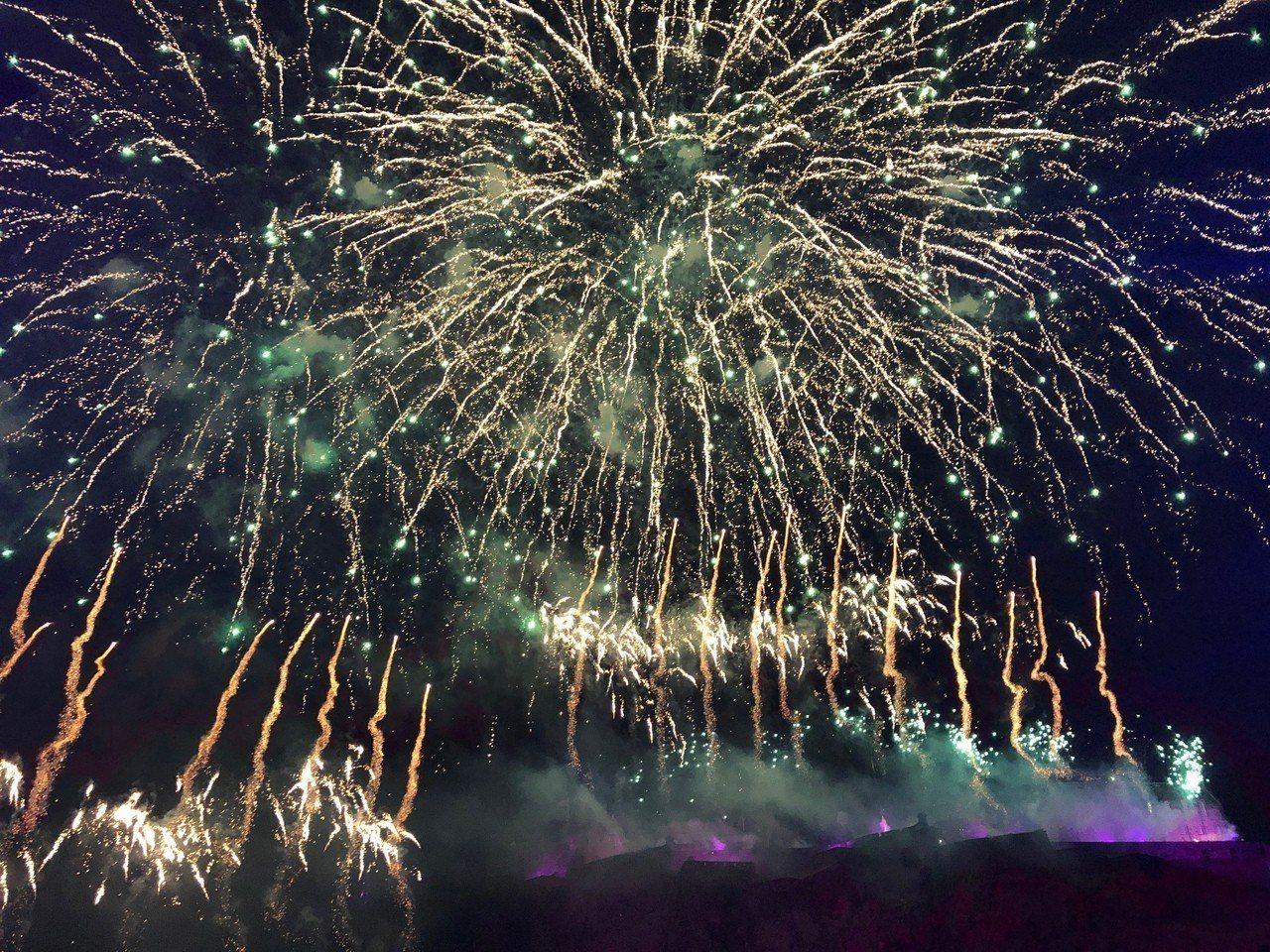 蘇格蘭首府愛丁堡跨年,長約8分鐘的煙火秀在俯瞰全城的愛丁堡城堡施放。圖/中央社