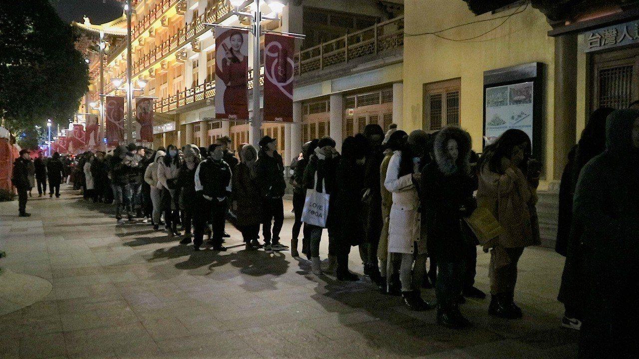 2018年12月31日晚間9時許,位於愚園路的靜安寺後門開始出現人潮,儘管沒有指...