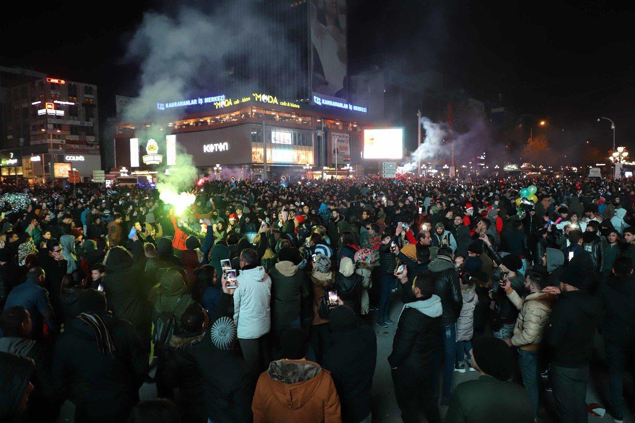 土耳其首都安卡拉2019年跨年夜室外氣溫降至零下4度,許多民眾外出迎接新年的興緻...