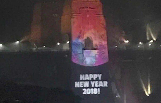 雪梨港迎接2019年點燃壯觀的煙火秀,照射在雪梨港灣大橋塔上的數字卻凸槌。 圖擷...