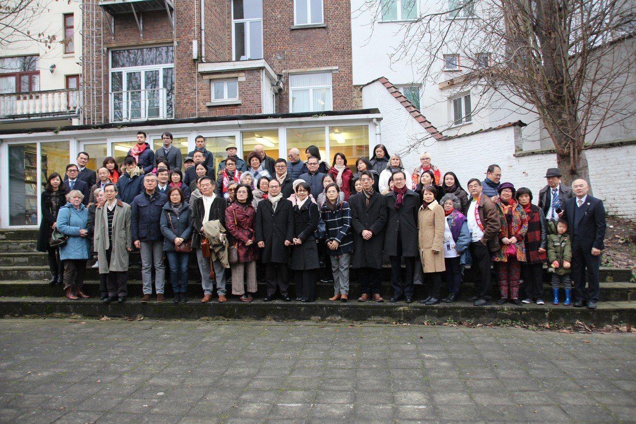 駐歐盟兼駐比利時代表曾厚仁(前排左8)1日出席元旦升旗典禮,預告今年在布魯塞爾持...