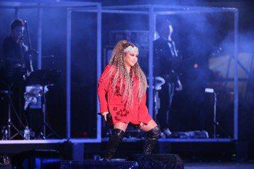 台北跨年晚會今年由張惠妹(阿妹)擔任壓軸,她一人唱跳近一小時,帶來16首歌曲,精彩的演出即使唱到後來聲音都啞了,能讓網友讚「屌打新世代」。今年台北跨晚會因為又冷又下雨,網友更覺得節目冷場,不過到了晚...