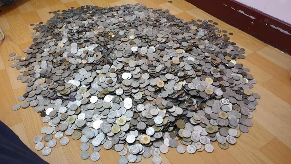 存了一年的零錢,這下子要「數到手軟」了。圖擷自 爆廢公社