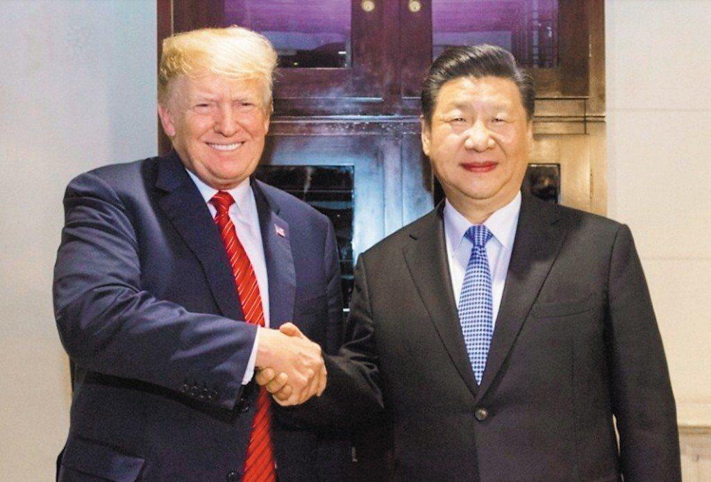 大陸國家主席習近平(右)和美國總統川普在G20舉行「川習會」。兩人元旦凌晨互致賀...