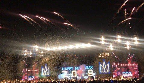 五月天「人生無限公司」31日跨年場在晚間9點左右開始,台中洲際棒球場擠進2.5萬歌迷,在倒數聲中迎接「最好的一天」,跨年這天是他們在台中開唱的第6場,隨著「54321」的倒數聲,台中洲際棒球場上黃紙...