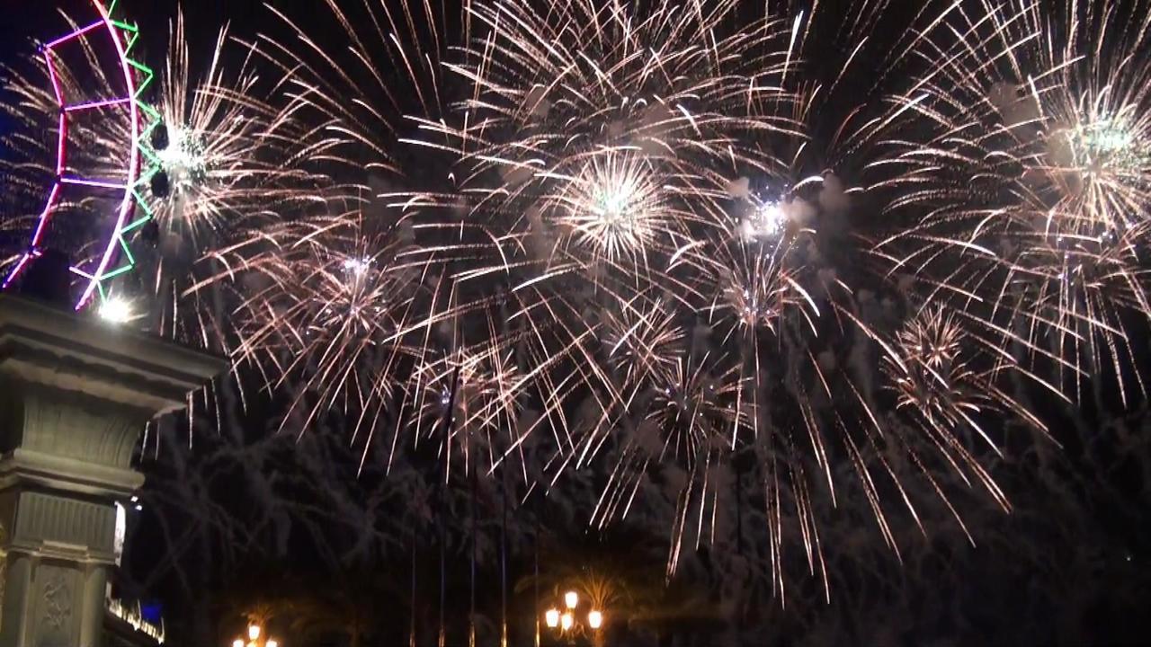 義大世界跨年跨火秀今年施放999秒,是全台施放時間最長的煙火秀。記者王昭月/攝影...