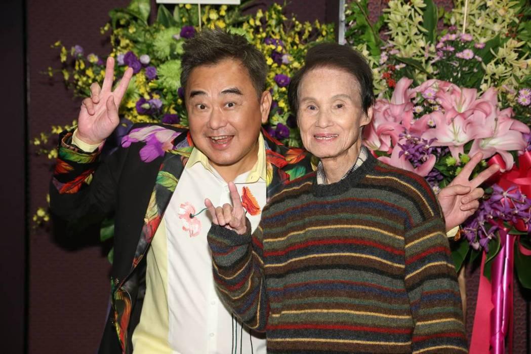 陳昇(左)在演出前跟嘉賓文夏老師簡單受訪。記者陳立凱/攝影