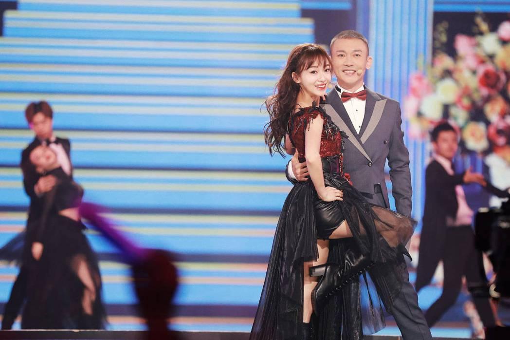 吳謹言(左)與聶遠火辣熱舞。圖/摘自微博